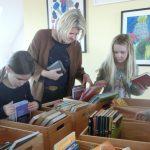 """Viele Gäste bei """"Rund ums Buch"""" – Gewinn von 572,78 € für die Schülerbücherei"""